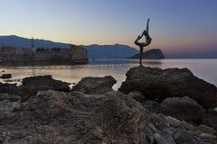 Die Statue des Ballerina-Tänzers, stehend auf dem Felsen Budva, im August 2018 lizenzfreie stockfotografie