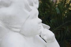Die Statue des Engels vor dem hintergrund der Palmen stockfotografie
