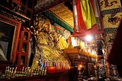 Die Statue des goldenen Buddhas Stockfotos