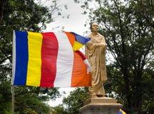 Die Statue des Reformers von modernem Sri Lanka und der Fliegenflagge von Buddhismus Sri Lankan Stockfotos