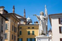 Die Statue des Sieges als des Denkmals des italienischen Krieges wieder Österreich auf dem Marktplatz della Loggiaquadrat - Monum Lizenzfreie Stockbilder