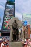 Die Statue des Vaters Duffy mit Straßenschildern im Times Square, New York City stockfoto