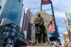 Die Statue des Vaters Duffy mit Straßenschildern im Times Square, New York City stockbilder