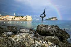 Die Statue einer Tänzerin auf einem Hintergrund der alten Stadt von Lizenzfreie Stockfotos