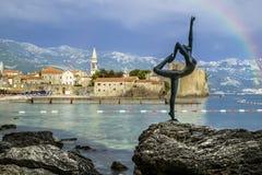Die Statue einer Tänzerin auf einem Hintergrund der alten Stadt von Stockbild