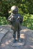 Die Statue eines kleinen Mädchens Stockfoto