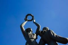Die Statue hält einen Kranz in den Händen Lizenzfreies Stockfoto