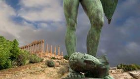 Die Statue im archäologischen Bereich von Agrigent, Sizilien, Italien stock video