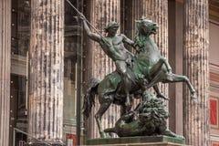 Die Statue, Löwe-Kämpfer - altes Museum Berlin Stockfoto