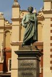 Die Statue von Adam Mickiewicz vor der Stoffhalle Lizenzfreies Stockfoto