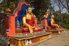 Die Statue von Buddha befindet sich am Swayambhunath Tempel lizenzfreie stockfotografie