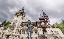 Die Statue von Carol First Of Romania, Peles-Schloss, Sinaia, Rumänien lizenzfreies stockbild