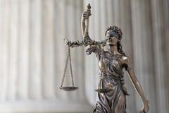 Die Statue von Gerechtigkeit Themis /Justitia, die Göttin mit verbundenen Augen Stockbilder