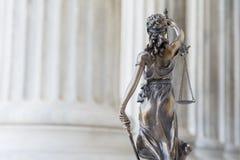 Die Statue von Gerechtigkeit Themis /Justitia, die Göttin mit verbundenen Augen Stockfotografie