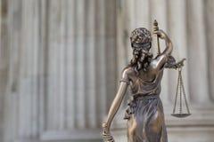 Die Statue von Gerechtigkeit Themis oder Iustitia, die Göttin mit verbundenen Augen von Gerechtigkeit gegen eine Ionenbestellungs Lizenzfreies Stockfoto