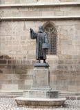 Die Statue von Honterus, die im Jahre 1498-1549 lebte, stehend nahe der schwarzen Kirche in der Brasov-Stadt in Rumänien Stockfotografie