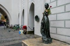 Die Statue von Juliet nahe alten Rathaus in München lizenzfreies stockbild