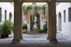 Die Statue von Neptun 1767 ursprüngliche Statue im Hof des Thun-Palastes, Sitz des Rathauses Stockfotos