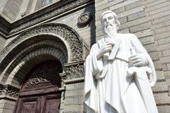 Die Statue von St Paul vor der Kirche lizenzfreies stockbild