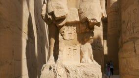 Die Statue zwischen Steinen stock footage