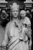 Die Statuen und die Bauelemente der Hauptfassade von Notre Dame de Paris Stockfotos