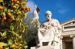 Die Statuen von Plato und von Athene an der Akademie von Athen stockfotos