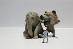 Die Statuette eines lustigen lächelnden Tieres Stockfotografie
