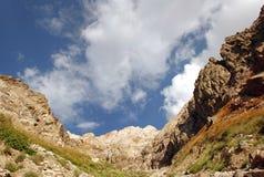 Die Steigungen der Tien Shan-Berge mit Wolken Stockfotos