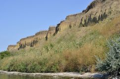 Die steile Bank des Flusses Weg an einem Sommertag Unten oben lizenzfreies stockbild
