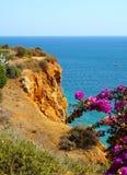 Die steilen Klippen der portugiesischen Algarves lizenzfreie stockfotografie