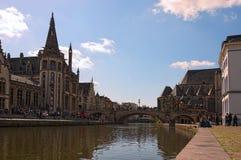 Die Stein-St- Michael` s Brücke Sint-Michielsbrug über Lys Leie River schließt die Kais Graslei und Korenlei an Lizenzfreie Stockfotografie