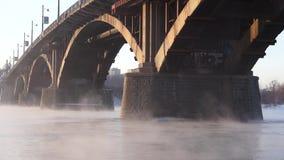 Die Steinbrücke auf dem nebelhaften Fluss stock video