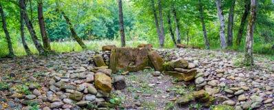 Die Steine des defekten alten Dolmen stockfotos