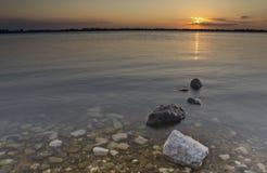 Die Steine im Fluss an der Dämmerung Stockfotografie
