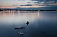 Die Steine im Fluss an der Dämmerung Lizenzfreie Stockfotos