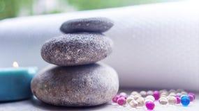 Die Steine und die Tücher, Aromatherapieöle und andere Einzelteile Konzeptbadekurort lizenzfreie stockbilder