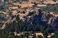 Die Steinruinen eines mittelalterlichen Schlosses auf einem Hügel Lizenzfreies Stockfoto