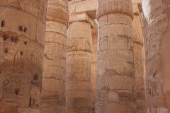 Die Steinsäulen mit der Entlastung, die im alten ägyptischen Tempel schnitzt Stockfotografie