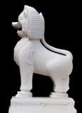 Die Steinskulptur eines Löwetorwächters des Tempels Lizenzfreie Stockfotos