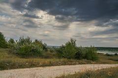 Die Steppe nahe dem Dnipro-Fluss stockbilder