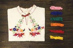 Die Stickerei, die auf Baumwolle näht, kleidet mit buntem moulin Stockfotos