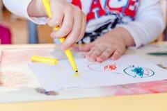 Die Stifte der Kinder werden auf Papier durch Markierungen gezeichnet lizenzfreie stockbilder