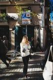 Die stilvolle moderne junge Frau, die im Luxus aufwirft, kleidet Barcelo Lizenzfreies Stockbild