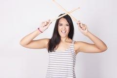 Die stilvolle und modische junge Frau, die Trommel hält, haftet stockfoto