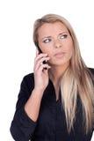 Die Stirn runzelnde Frau, die auf einem Mobile spricht Stockfoto