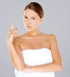Die Stirn runzelnde Frau, die ihren Finger zeigt lizenzfreie stockbilder