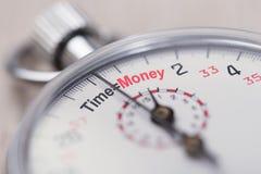Die Stoppuhr, die Zeit zeigt, entspricht Geldzeichen Stockfotos