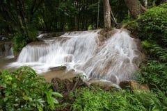 Die Ströme des Wassers schüttend unten auf Kalkstein schaukelt unter Schatten von Bäumen an Wasserfall Kroeng Krawia, Nationalpar Stockfotografie