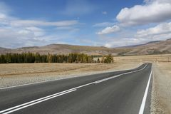 Die Straße über den Steppen von Altai lizenzfreies stockfoto