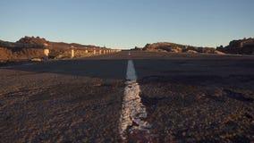 Die Straße in den Sonnenstrahlen stock video